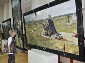 Посетительница выставки