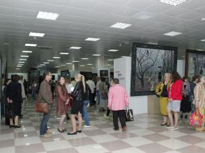 Посетители на выставке Павла Рыженко